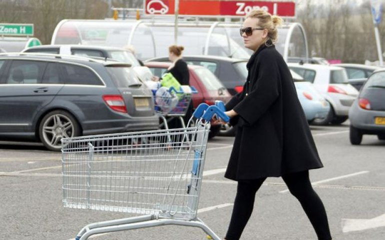 Adele Gets The Bums Buying Albums Again! | FYIMusicNews