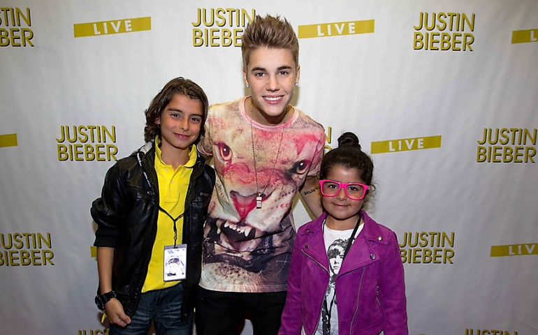 Fake tickets mar justin biebers vancouver stop fyimusicnews justin with fans at a meet and greet in vancouver m4hsunfo