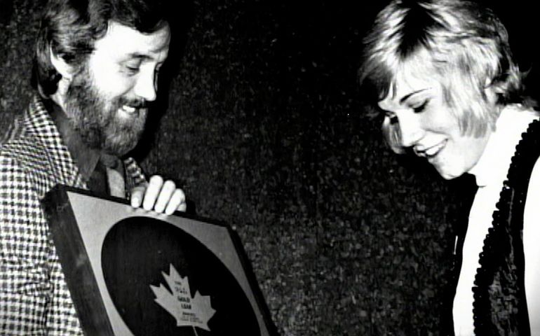 """Paul White presenting Anne Murray with an RPM Gold Leaf Award for """"Snowbird"""" in 1970. Pic: NMC"""