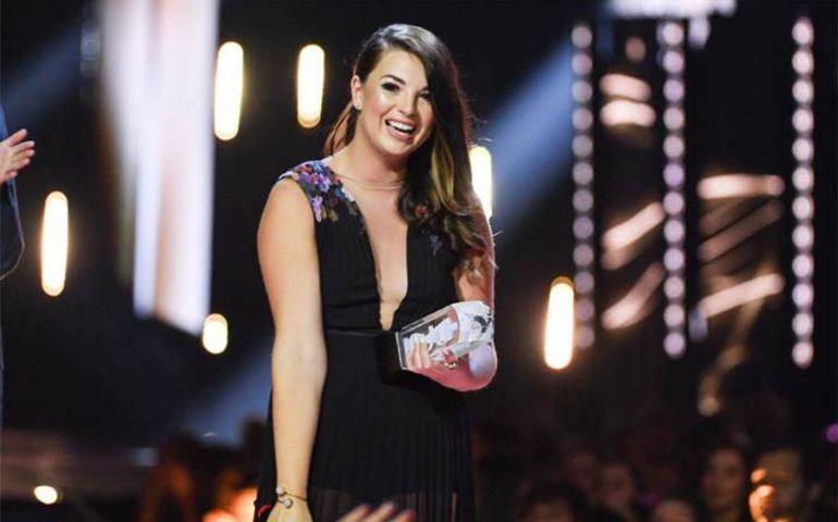 Jess Moskaluke holding her recent Juno Award