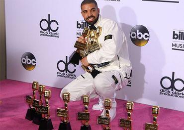 ke's magic moment backstage at the Billboard Awards
