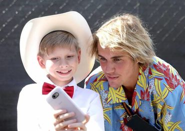 Justin Bieber at Coachella with the Walmart kid, Mason Ramsey. Pic: The Daily Buzz