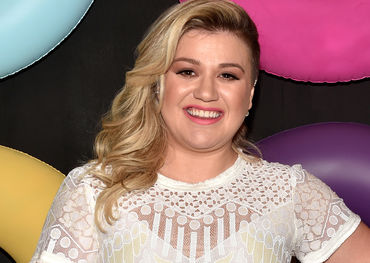 Kelly Clarkson looked pretty pleased with life, and so she should