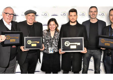 L–R: Carl Leighton-Pope (LPO), Bruce Allen (Bruce Allen Talent), Emma Bownes ((02), Michael Bublé, Steve Sayer (the O2), Toby Leighton-Pope (AEG Presents)