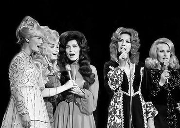 (l-r) Lynn Anderson, Dolly Parton, Loretta Lynn, Dottie West, Tammy Wynette