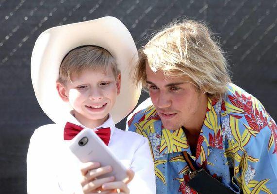 Justin Bieber at Coachella with the Walmart kid, Mason Ramsey. Pic: The Daily Buzz
